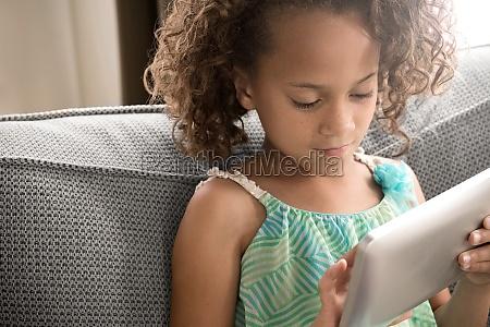 maedchen mit digitalen tablet
