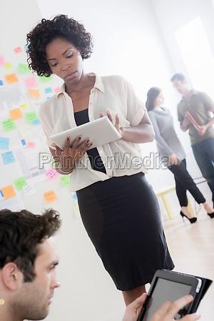 bueroangestellte mit digitalen tablets
