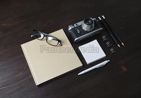 briefpapier und kamera