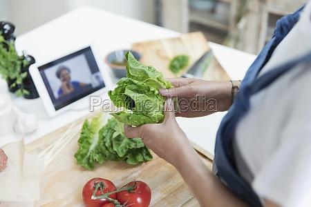 frau kochen und video chat mit