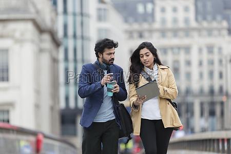 geschaeftsleute mit digitalem tablet und kaffee