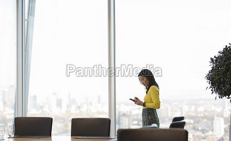 geschäftsfrau, mit, smartphone, im, hochhaus-konferenzraum - 29678027