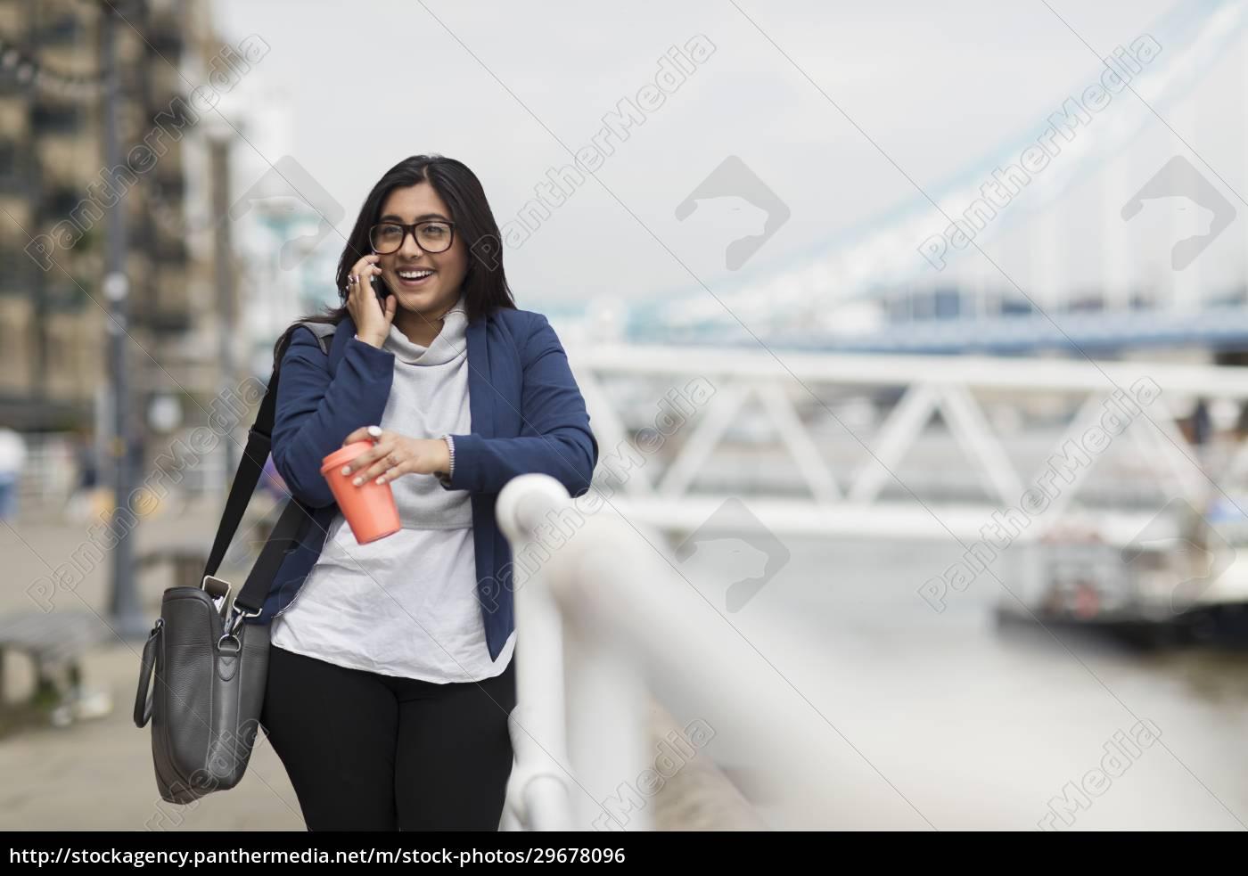 lächelnde, geschäftsfrau, spricht, auf, smartphone, an - 29678096