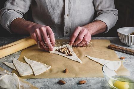 croissant vorbereitung baecker rollt den blaetterteig