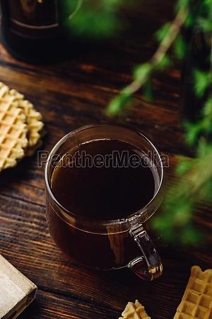 kaffeetasse auf rustikalem tisch