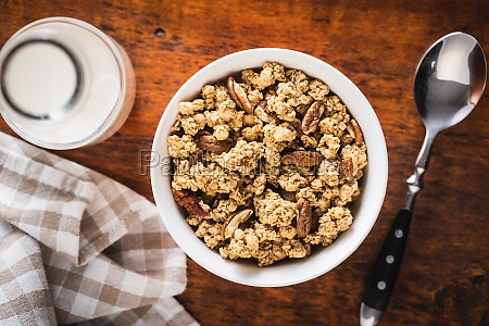 fruehstuecksflocken morgen granola in schuessel