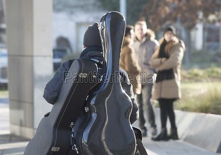 gitarre spielen ein saiteninstrument musikinstrument in