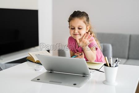 kind mit digitalen tablet zeichnung und