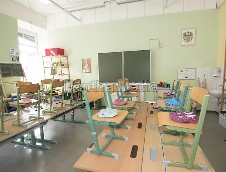 leeres klassenzimmer in einer schule waehrend