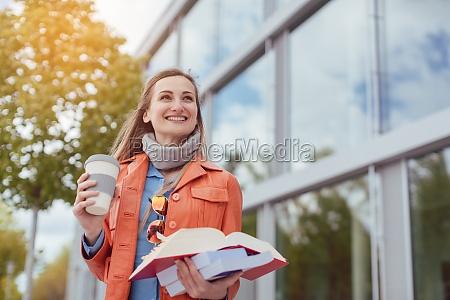 studentin mit buechern und kaffee auf