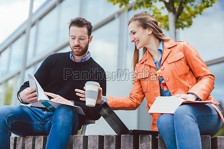 frau und mann studieren gemeinsam auf