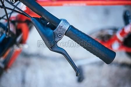 fahrradlenker und pausen fahrradreparatur verschwommener hintergrund