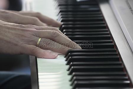 zwei haende spielen auf einem klavier