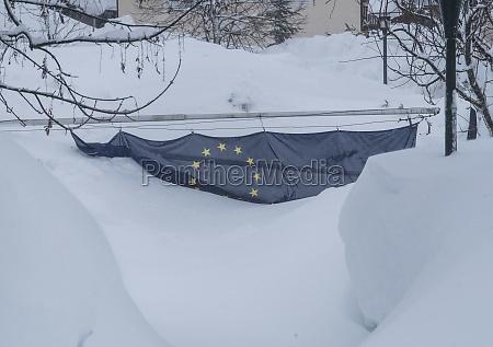flagge der europaeischen union im winter