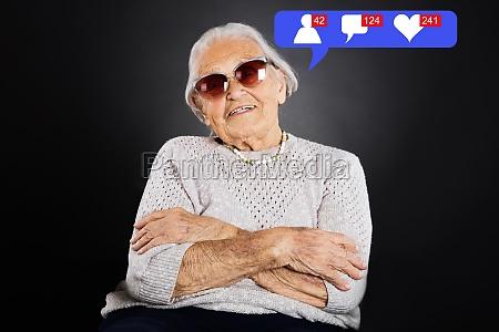 senior in mit sonnenbrille