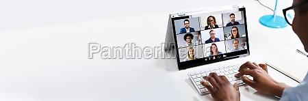 nahaufnahme der geschaeftsfrau mit digitaler laptop
