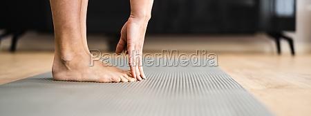 frau macht fitness stretching test