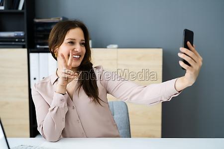 glueckliche arbeitende menschen mit telefon