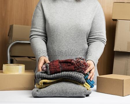 frau in einem grauen pullover sammelt