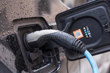 elektroauto zum aufladen angeschlossen