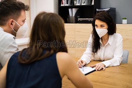 versicherungsagent oder anwalt traegt gesichtsmaske mit
