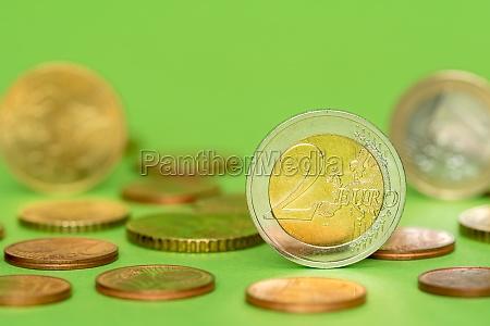 euro muenzen auf gruenem hintergrund