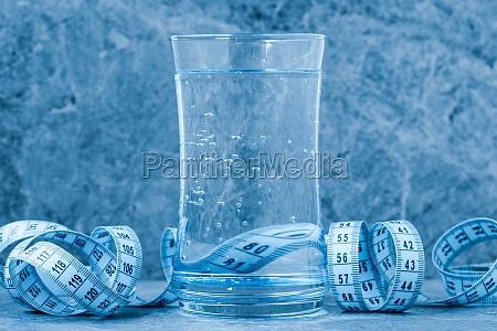 glas sauberes wasser mit einem massband