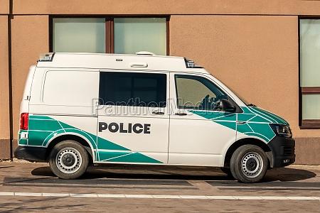 polizeiauto auf der strasse geparkt