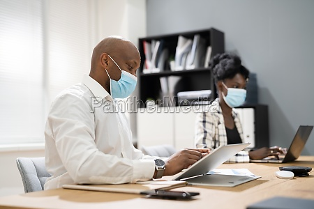 team mitarbeiter tragen covid gesichtsmaske