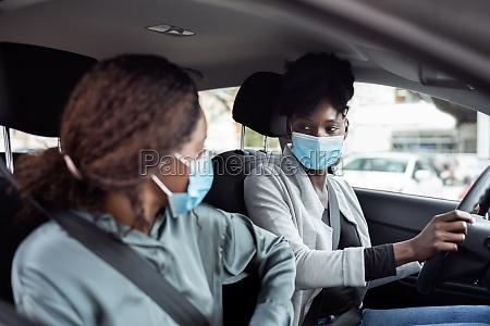 fahrgemeinschaft innen menschen teilen auto freunde