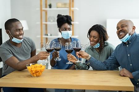 afroamerikaner mit partei tragen maske
