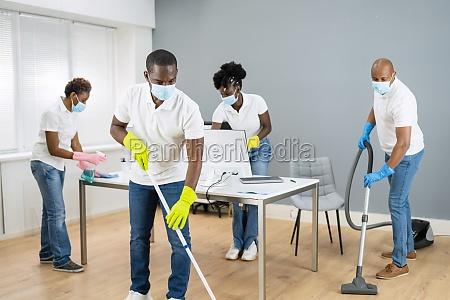 reinigungsservice afrikanischer janitor