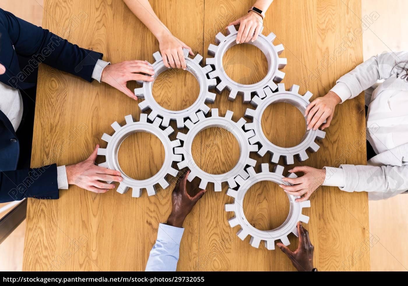 geschäftsleute, hands, joining, gears., unterstützung - 29732055
