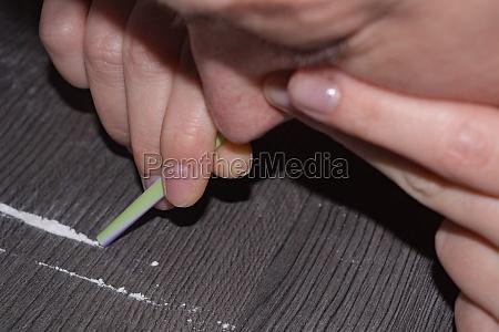 drogenmissbrauch drogenkonsum und schnueffeln von kokainpulver