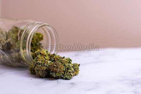 ein glas glas mit bunten cannabis