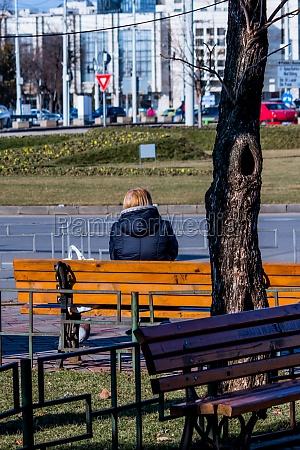 frau sitzt an einem sonnigen tag