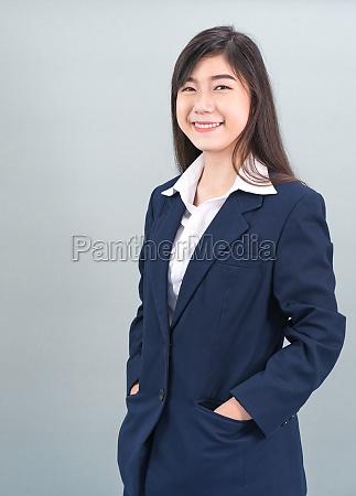 porträt, einer, asiatischen, geschäftsfrau, die, auf, grau - 29741574
