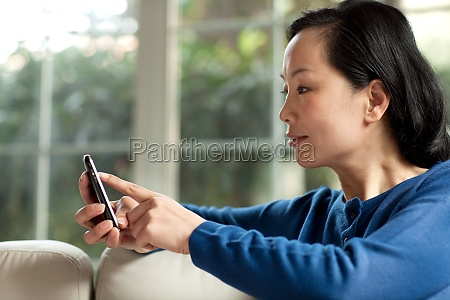 AEltere menschen nutzen mobiltelefone