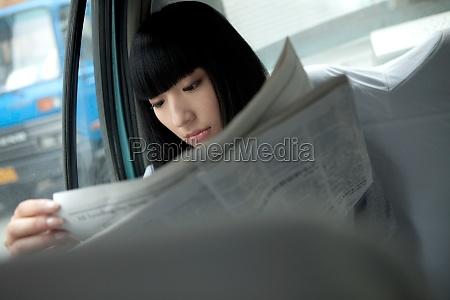 eine angestellte im auto