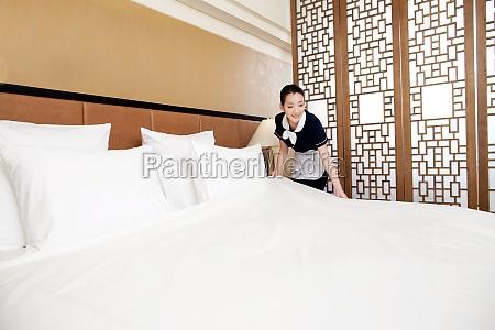 ein kellner in einem hotelservice