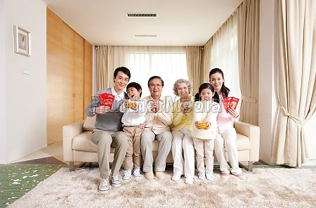 eine familie die das mondneujahr feiert