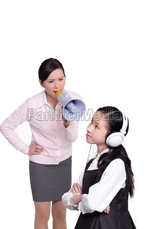 chinesische eltern erziehen junges kind