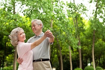 ein aelteres ehepaar in der park