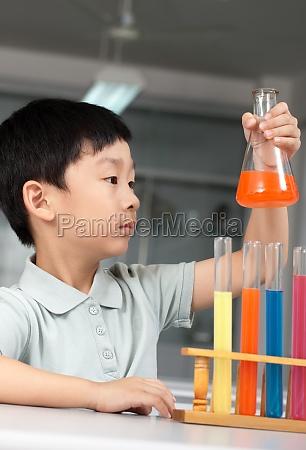 schueler experimentieren im physikunterricht