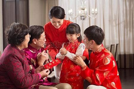 familie feiert neujahr