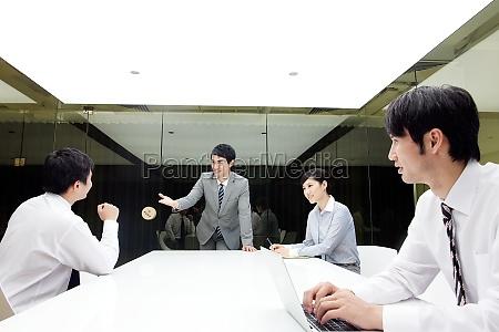 chinesen die geschaefte am professionellen arbeitsplatz
