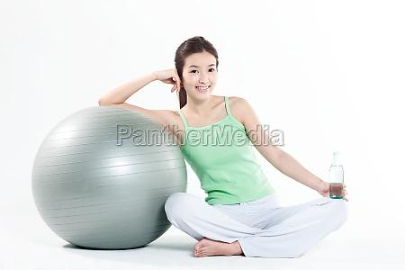 eine frau die yoga praktiziert