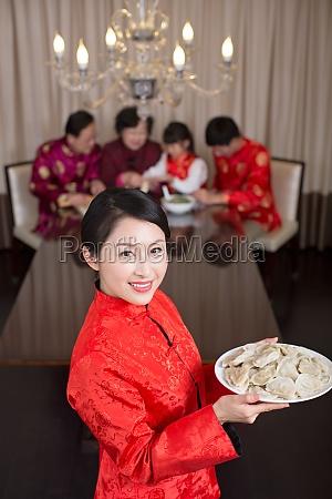 chinesische familie feiert mond neujahr und