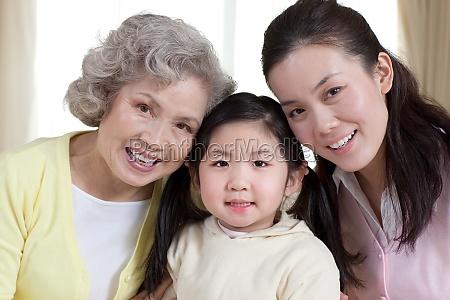familie zuneigung glueck senioren maedchen mutter