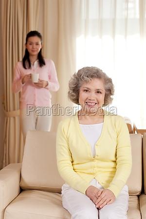 senioren erwachsene mutter und tochter 60